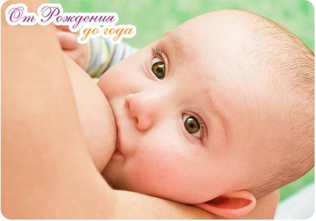 Малыш прильнул к маминой груди