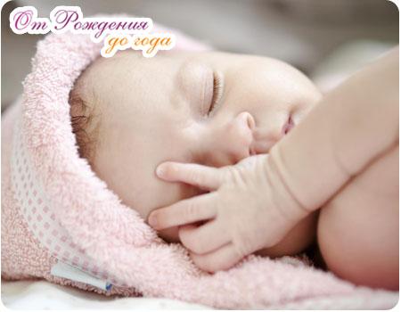 новорожденный ребенок уснул в кроватке