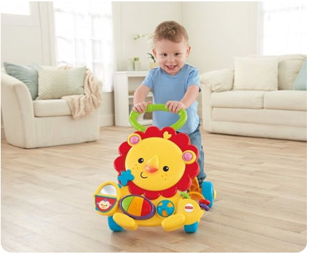 При использовании ходунков-толкателей ребенок полностью стоит на своих ножках