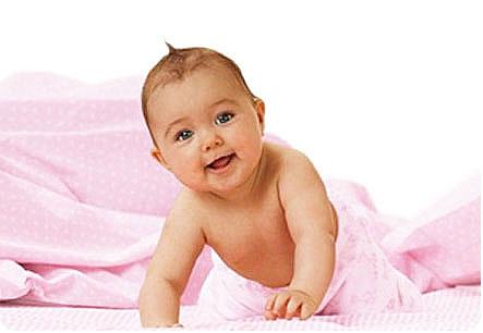 Гиперактивный малыш ползет к маме