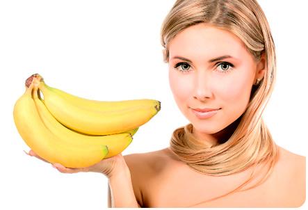 Девушка держит на ладони бананы