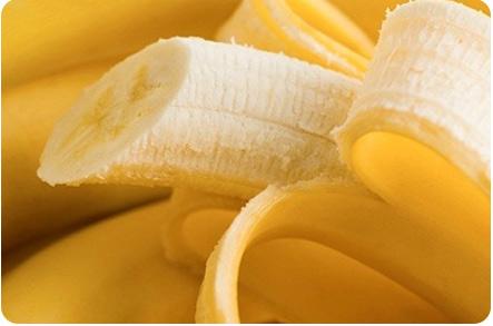 Открытый надрезанный спелый банан