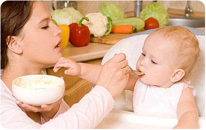 Мама прикармливает малыша в первый раз