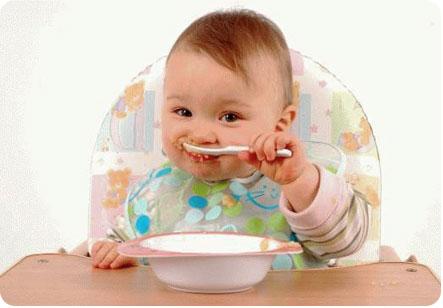 Малыш кушает с ложечки самостоятельно