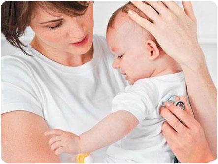 Проводится диагностика грудного ребенка