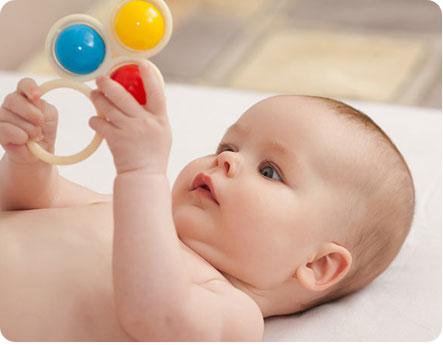 Ребенок играет с погремушкой