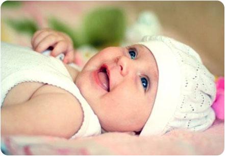 Новорожденная девочка радуется