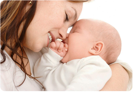 Ребенок зевает в объятиях мамы