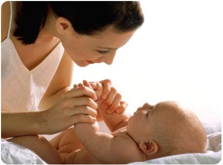 Мама проводит развивающее занятие для своего ребенка