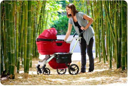 Прогулка мамы со своим малышом на свежем воздухе