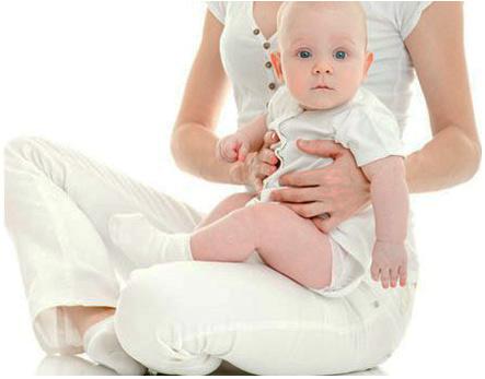Малыш сидит на коленях у мамы