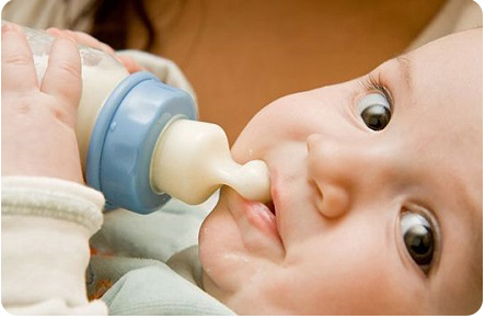 Ребенок кушает с бутылочки