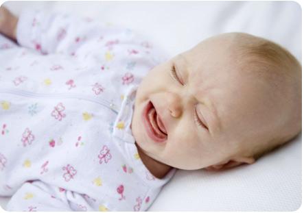 Новорожденный малыш капризничает и плачет