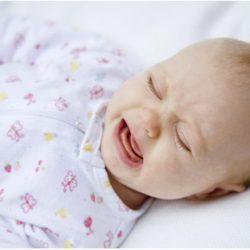 Кроха кричит и плачет, в чем может быть причина? Как успокоить малыша?