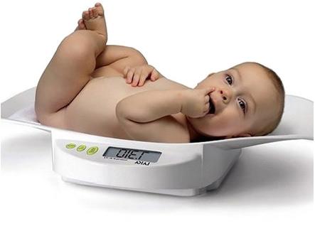 Взвешивание новорожденного ребенка на электронных весах