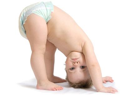 Малыш стоит в падгузниках