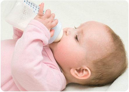 Ребенок с удовольствием ест с бутылочки