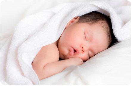 Кроха крепко спит в своей кроватке