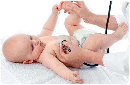 Врач обследует малыша