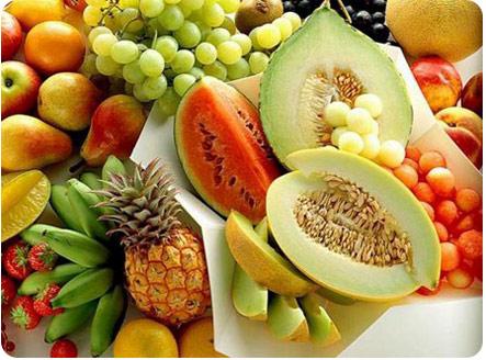 Разнообразие спелых фруктов и ягод