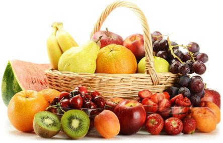 Разнообразные спелые фрукты в карзине