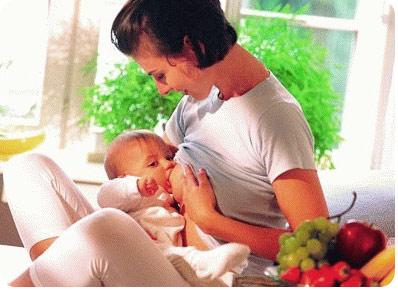Мама кормит грудью своего ребенка