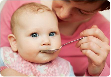 Ребенок пробует новую пищу