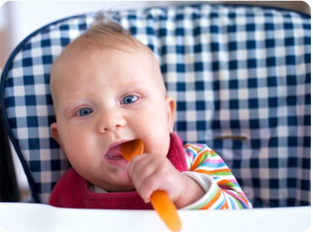 Ребенок хочет кушать, уже кусает ложку
