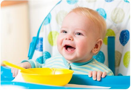 8 месячный ребенок приготовился кушать