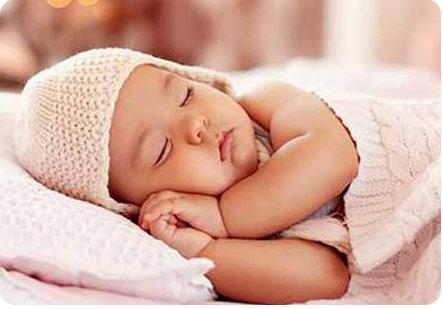 Ребенок сладко спит на подушке