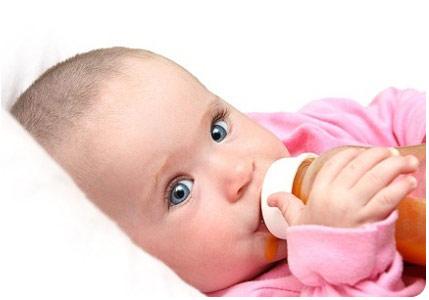4 месячный малыш кушает с бутылочки