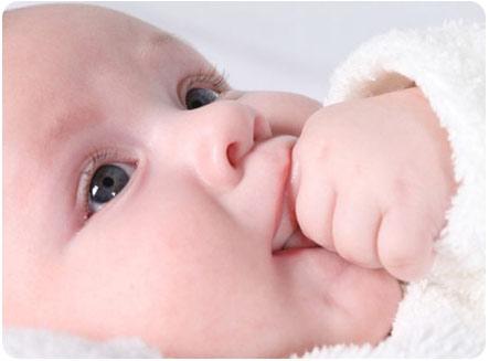 Малыш сосет пальчики