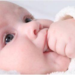 Как лучше отучить малыша сосать свои пальцы?