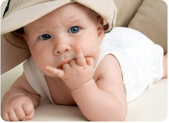 Ребенок сосет свои пальчики