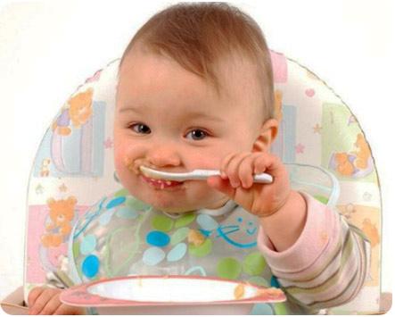 10 месячный малыш кушает