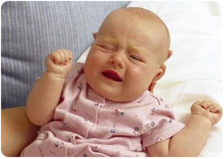 Грудничок плачет после кормления
