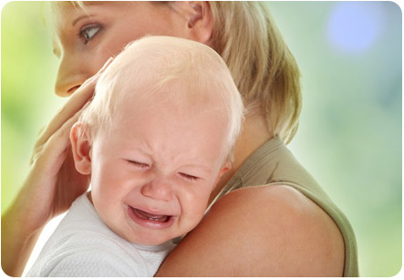 Кроха плачет на руках у мамы