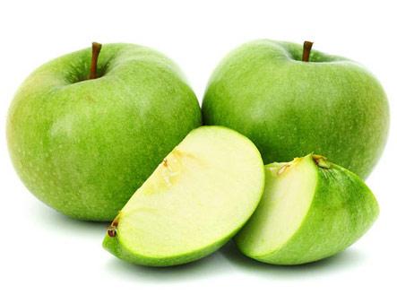 Целые и разрезанные зеленые яблоки