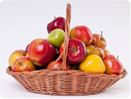 Яблоки лежат в корзине