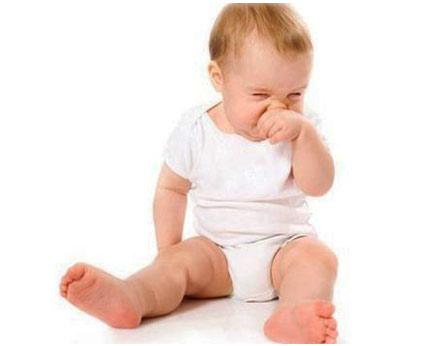 Ребенок чешит свой носик