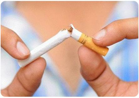 Девушка разломала сигарету пополам