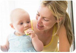 Кроха под чутким руководством матери учиться жевать