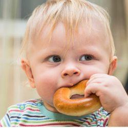 Советы специалистов о том, как научить малыша жевать