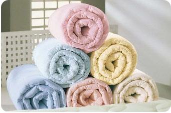 Пирамида из пуховых разноцветных одеял