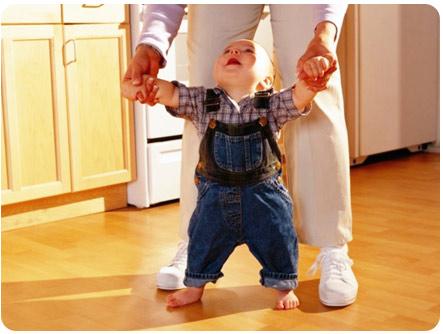 Малыша учат ходить правильно