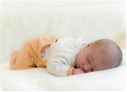 Малыш крепко спит на животе