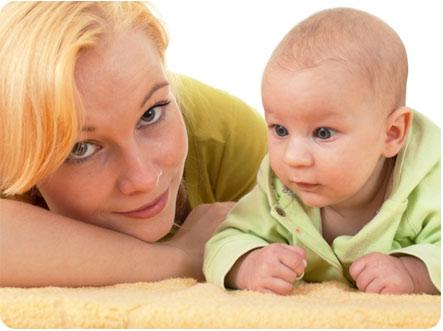 Мама со своим ребенком упражняются держать голову