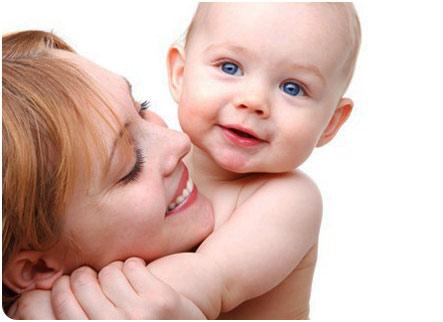 Малыш обнимает маму