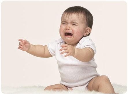 Ребенок плачет, хочет чтобы его взяли на руки