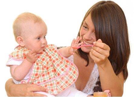 Мама кормит своего 7 месячного малыша